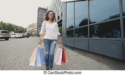 sacs, achats femme, réussi, après, commercial, clothes., sales., lent, brunette, magasin, tenue, apprécier, mode, mouvement, achat