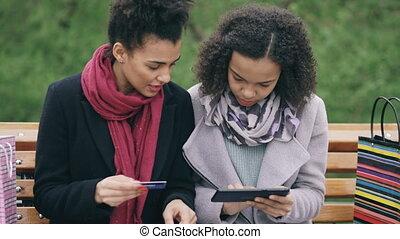 sacs, course, achats, tablette, séance, deux, banc, papier, crédit, informatique, séduisant, ligne, mélangé, utilisation, carte, femmes