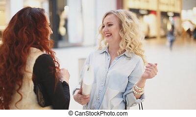 sacs, deux, conversation, centre commercial, rire, femmes