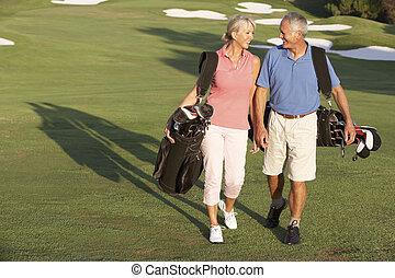 sacs, marche, golf, couple, cours, porter, long, personne agee