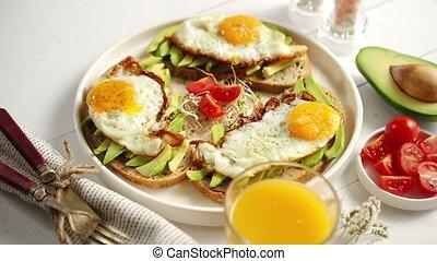 sain, avocat, coupé, sandwichs, délicieux, petit déjeuner, oeuf frit