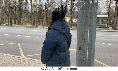 saint, veste, vide, petersburg, debout, femme, arrêt, pavlovsk, autobus, hiver