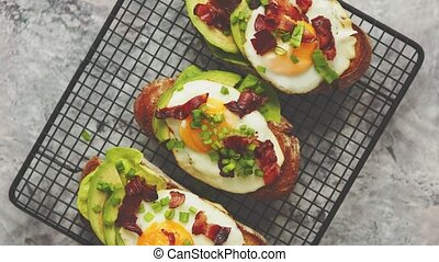salade verte, lard, concept., fait maison, oeuf, pains grillés, avocat, petit déjeuner, savoureux, ciboulette, frit, délicieux