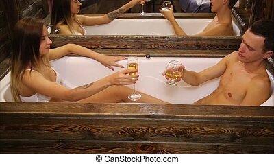 salle bains, vieux, écumer, couple, jeune, haut, cognac, softly, baisers, fin, boire, champagne