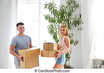 salle, couple, jeune, boîtes, en mouvement, heureux