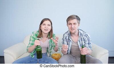 salle de séjour, regardant télé, sofa, couple, fôlatre ventilateur, excité