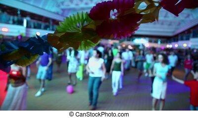 salle, guirlande, gens, danse, foyer, papier, lot, fleurs