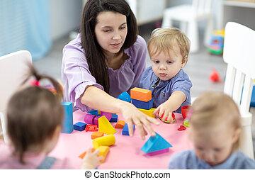 salle jeux, construire, séance, trois, prof, jardin enfants, femme, table, enfants