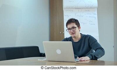 salle, ordinateur portable, jeune, précepteur, communication visuelle, classe, homme