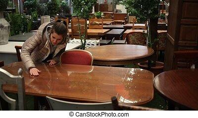 salon, choisir, jeune, visiter, quoique, positif, meubles, table, dîner, femme