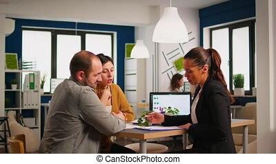 salutation, conseiller, poignée main, documents, femme affaires, signer, client