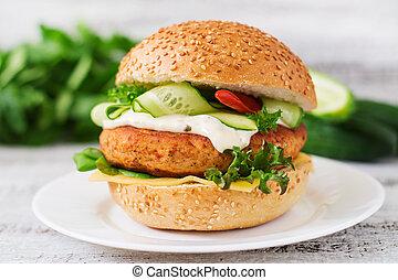 sandwich, hamburger, bois, grand, -, juteux, hamburger, concombre, fond, lumière, tartre, poulet, sauce, piment, fromage