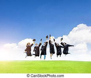 sauter, champ, célébrer, robes, heureux, remise de diplomes, herbe, étudiants