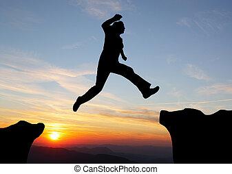sauter, coucher soleil, sur, montagnes, randonnée, homme, silhouette