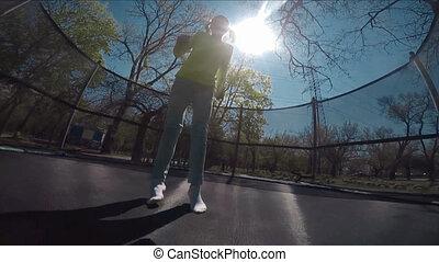 sauter, petit enfant, trampoline