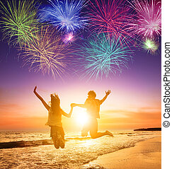 sauter, plage, couple, jeune, fond, feux artifice