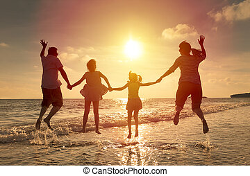 sauter, plage, ensemble, famille, heureux