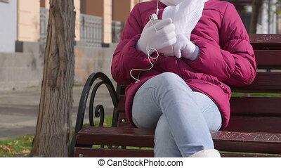 scène ville, banc, automne, téléphone, musique écouter, girl, intelligent
