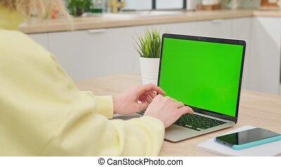 screen., bois, utilisation, écran, bureau, quoique, regarder, business, ordinateur portable, éloigné, personne, home., vert, travail, vide, travaux, bureau, séance femme, informatique