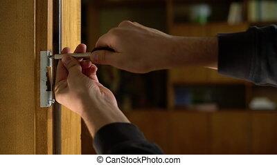 screwdriver., mains, bricoleur, installation, lock., charnière, réparateur, réparation, charpentier, serrage, handle., boulon, serrurerie, porte, bois, visser