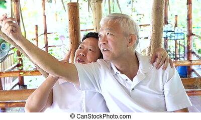 selfie, couple heureux, personne agee, asiatique