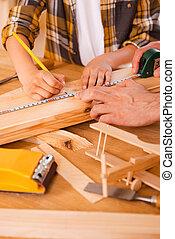 seriousboy, peu, mesures, confection, lui, père, bois, portion, planche, sien, habile, carpenter., quoique