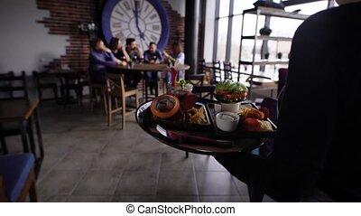 serveur, nourriture, apporter, invités