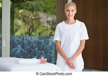 serviette, debout, thérapeute, sourire, beauté, masage, à côté de