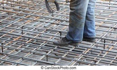 seulement, tightens, métal, pieds, carcasse, visible, fil, ouvrier