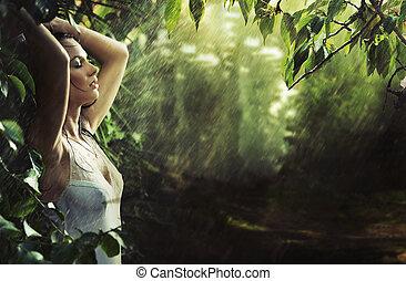 sexy, brunette, adorable, forêt, pluie