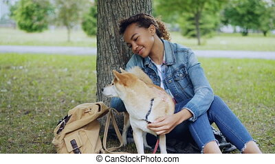 shiba, inu, jean, aimable, girl, caresser, ville, jeune, park., animal, sous, aimer, porter, séance femme, étudiant, chien, caresser, arbre, veste, américain, jeans., africaine