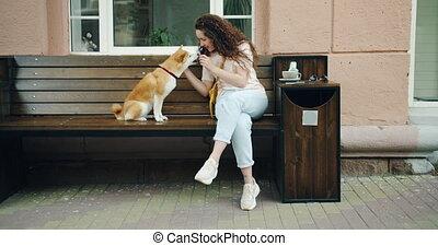 shiba, lent, femme, chouchou, inu, chien, mouvement, dehors, alimentation, café, jouer