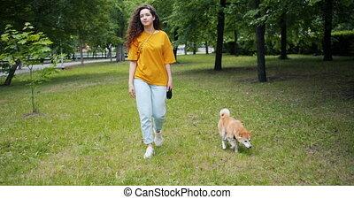 shiba, marche, femme, inu, parc, jeune, chien, séduisant, herbe, adorable