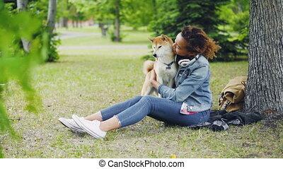shiba, mouvement, lent, elle, séance, chouchou, inu, parc, quoique, étreindre, caresser, gai, grass., vert, exprimer, propriétaire, baisers, girl, doggy, affection, heureux