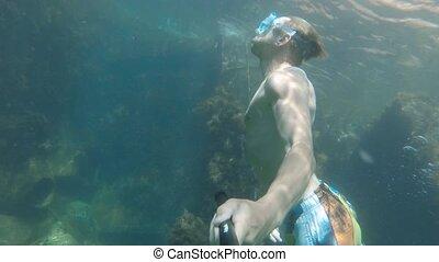 shipwreck., bateau, athlétique, couvert, snorkeling, homme, plonge, caucasien, sunken, algue, eau, selfie, mer, clair, crosse