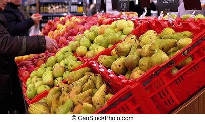 shoppers, coût, marche, by., fruits, supermarché, étiquettes, faire du lèche-vitrines