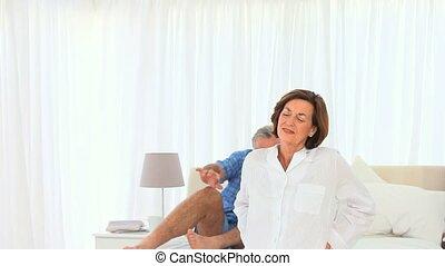 sien, épouse, donner, homme, masage, personnes agées