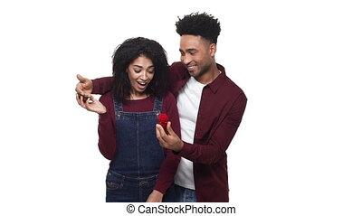 sien, africaine, sur, engagement, demander, arrière-plan., américain, studio, mariage, petite amie, blanc, proposition, anneau