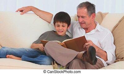 sien, album, petit-fils, regarder, grand-père