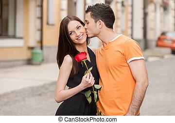 sien, couple, joue, jeune, étreindre, gai, quoique, petite amie, baisers, kiss., homme