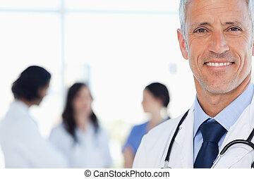 sien, docteur, interne, sourire, derrière, lui, monde médical