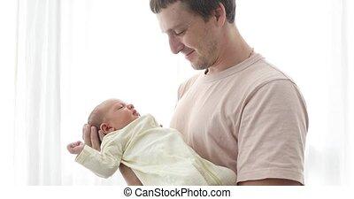 sien, fille, père, nouveau né, tenant bébé