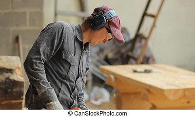 sien, fonctionnement, chainsaw., face., voler, haut, rasages bois, fin, scie, homme