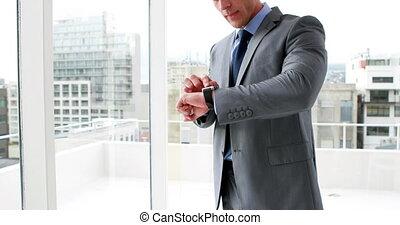 sien, intelligent, utilisation, homme affaires, montre