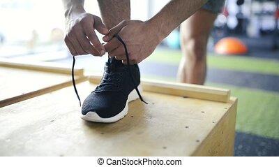 sien, jeune, pieds, gym., chaussure, attacher lacets, sport, homme
