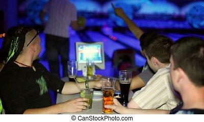 sien, jeux, club, boisson, jeune, sombre, bière, bowling, amis, homme
