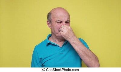 sien, odeur, mauvais, personne âgée homme, hispanique, because, tenue, contre, nez