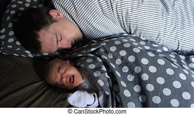 sien, père, nouveau né, cris, endormi, bébé, mensonge