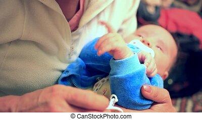 sien, parent, elle, mère, pleurer, jeune, tenant mains, bébé, crier