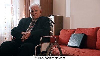 sien, personnes agées, fauteuil roulant, séance, -, appareil photo, salle, grand-père, regarder, triste